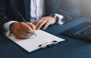Entenda as características dos contratos empresariais e a importância que eles possuem para segurança do negócio.