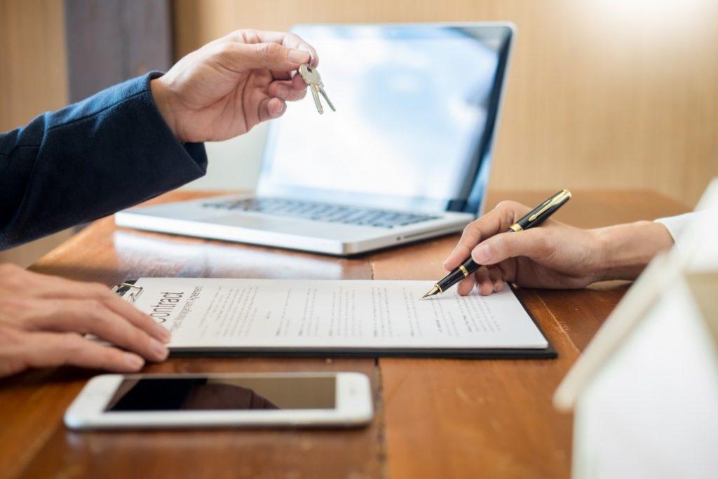 renegociação de contratos de locação - pessoa assinando contrato em uma mesa