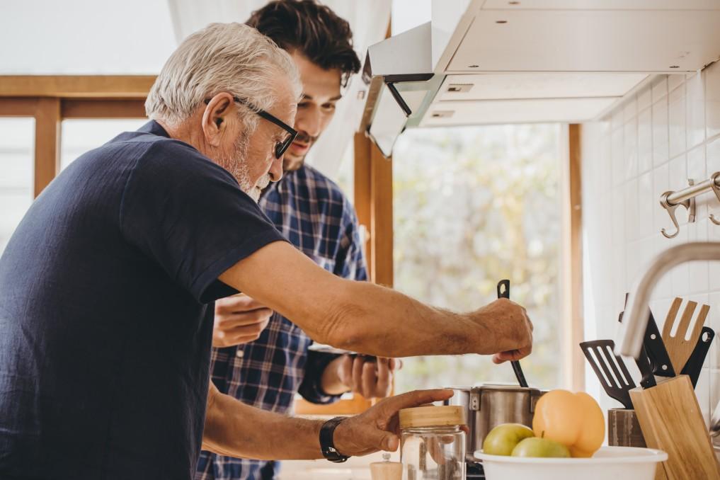 planejamento sucessório - pai e filho cozinhando juntos