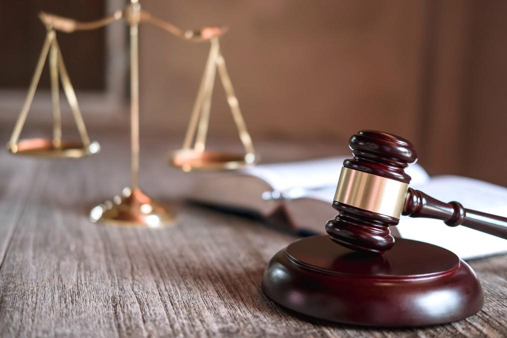 Execução fiscal - mesa com martelo de juiz e balança