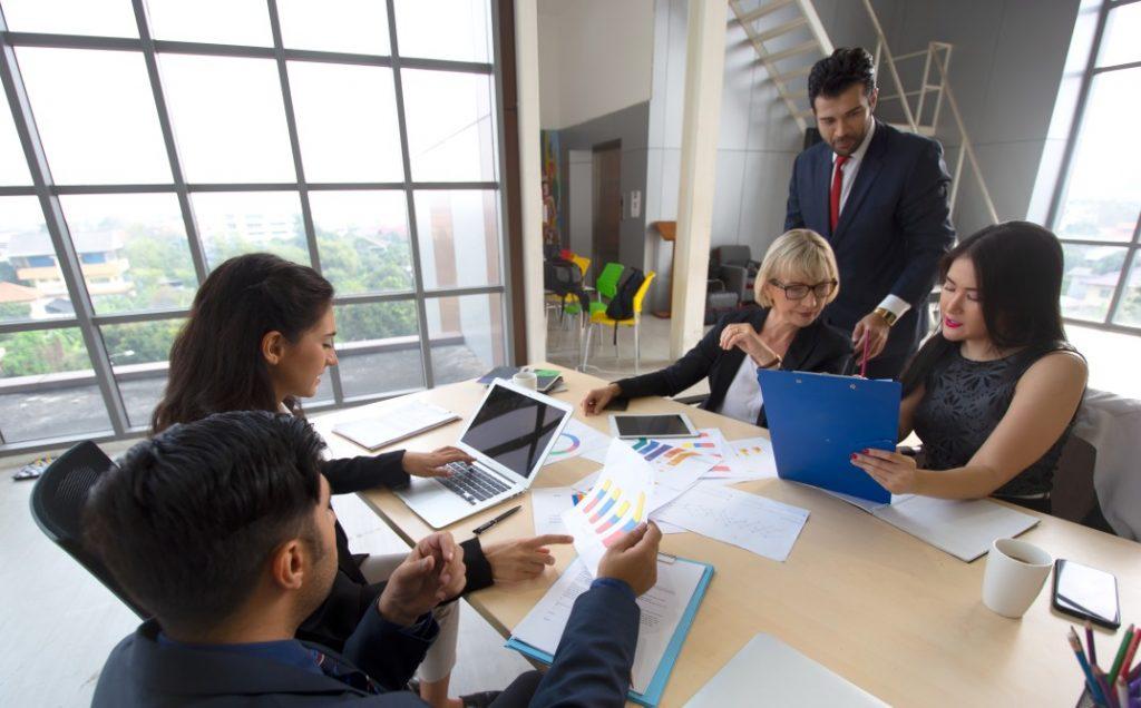 Reestruturação societária - grupo de pessoas em reunião