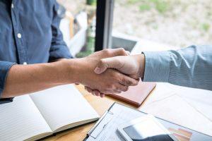 Acordo de acionistas - pessoas apertando as mãos